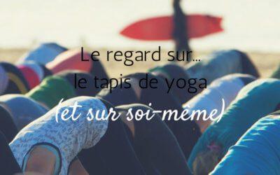 Le regard sur le tapis de yoga… et sur soi-même